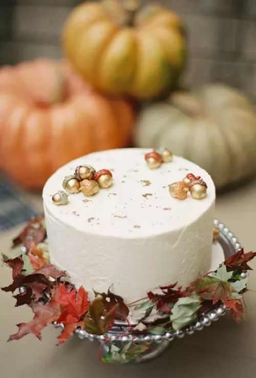 One-Tiered Wedding Cake With Decorative Acorns