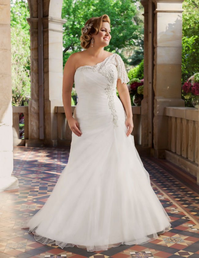 curvy bride with gorgeous wedding dress