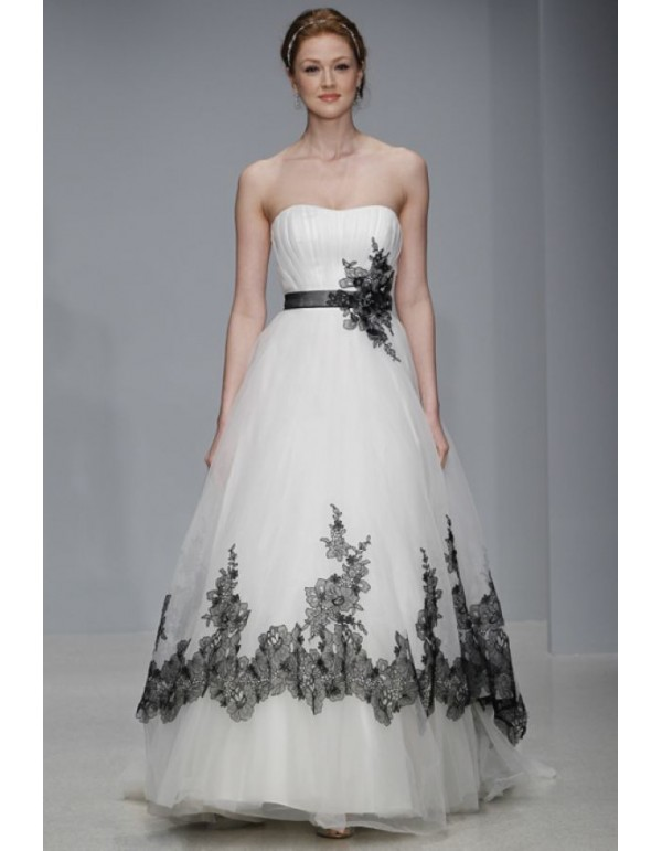 a-line tulle wedding dress with black lace | Sang Maestro