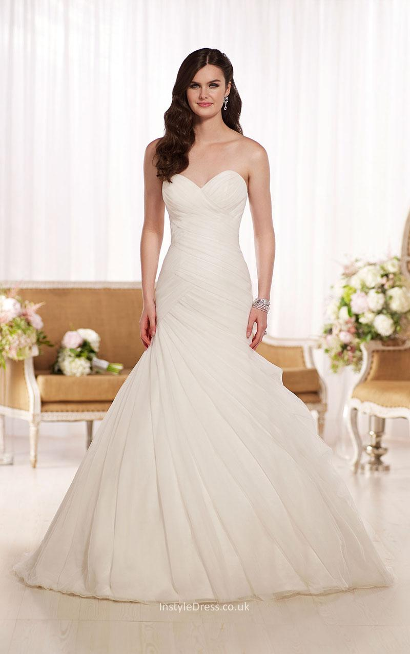 simple tulle wedding dress with sweetheart neckline