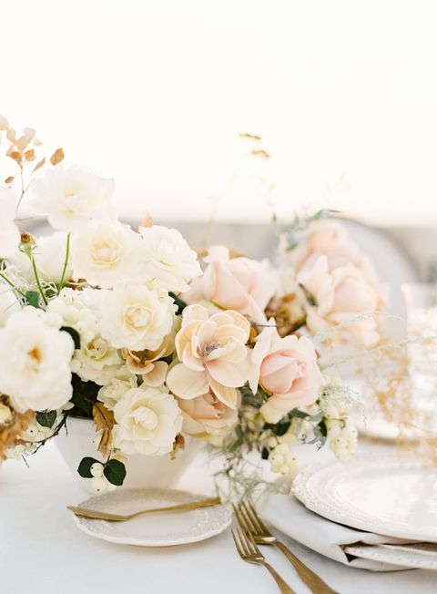 Elegant Wedding Centerpiece With Gorgeous Flowers